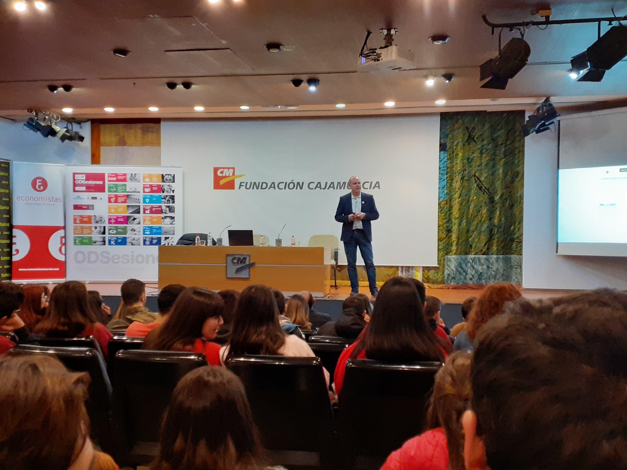 Longinos Marín impartiendo la ponencia sobre RSC y ODS.